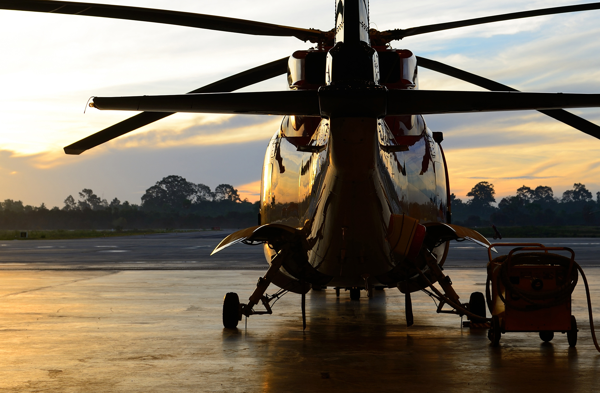 Helicopter maintenance in an aircraft hangar